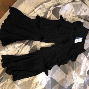 Super fina svarta byxor med volanger, högmidjade, nypris 600:- aldrig använda endast provade!