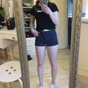 Ett par jeans shorts som är blåa. Dom är lite större än den storleken det står på de tycker jag. De är använda en sommar så de är i bra skick.