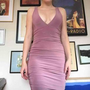 Supersnygg klänning som jag köpte i S eller XS, men den är så stretchig i materialet så att den verkligen passar M/L också!! 🤩🌹