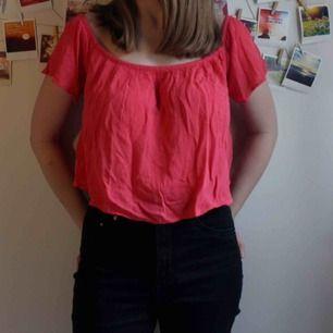 Luftig, rosa topp som går till naveln ungefär (så basically en croptop). Knappt använd, från GinaTricot.   Storlek 34, jag är 164cm och den passar bra på mig!