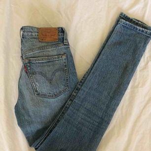 """Skitsnygga Levi's jeans i modellen 501 skinny. Sitter tajt eller lite mer """"mom"""" jeans liknande beroende på storlek. Använda men i fint skick. Köparen står för frakt"""
