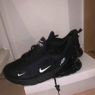 Jag säljer Nike air max 270 pågrund av för stor storlek svarta skorna är använda endast en gång och vit/svarta är aldrig använda. Säljes för 1000kr/styck då dom är i nyskick. Vid snabb affär kan vi diskutera priset.