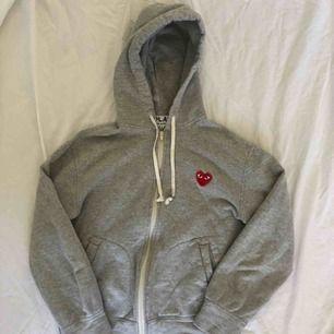 En asnajs hoodie från comme des garçons. Storlek S men skulle säga att den är ganska liten i storlek så passar även XS. Använd men i bra skick. Köparen står för frakt
