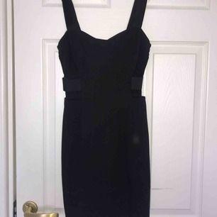 Fin svart klänning i storlek S! Kan mötas upp i Uppsala eller så står köparen för frakten!
