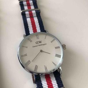 Daniel Wellington klocka, köpt för några år sedan och har bara använt den få gånger. kontakta mig vid intresse!