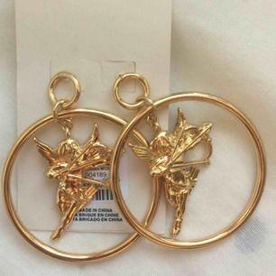 Säljer de här helt nya och oanvända örhängena från Urban Outfitters. Så fin och unik design med små änglar!   Originalpris 200kr.