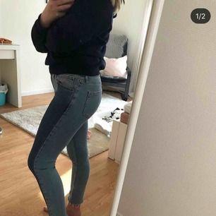 Säljer nu mina fina jeans då jag helt snöat in mig på riktigt högmidjan, dom är ass sköna!! Frakt tillkommer!