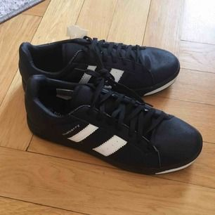 Helt nya och oanvända sneakers i storlek 43. Svarta med vita ränder på sidan.  Har Swish. Kan skickas. Rökfritt & djurfritt hem.