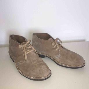 Snygga och praktiska skor från Stålex/Arbesko som har bl.a. stålhätta fram och är certifierade för att användas som arbetsskor. Storlek 8, som är 42/43.  Har Swish. Kan skickas. Djurfritt & rökfritt hem.