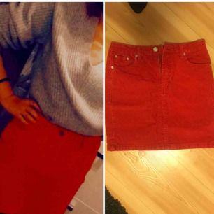 Röd manchester-kjol med fickor!😍 Medel-hög midja.  Endast använd till jul.  Från na-kd, storlek 38. Inte stretchig!