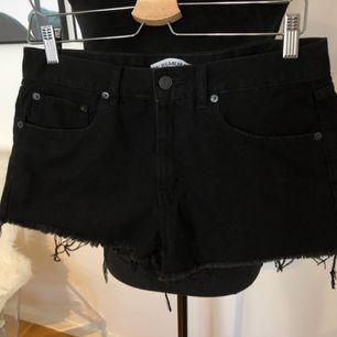 Korta svarta jeansshorts, Skickas mot fraktkostnad 39kr