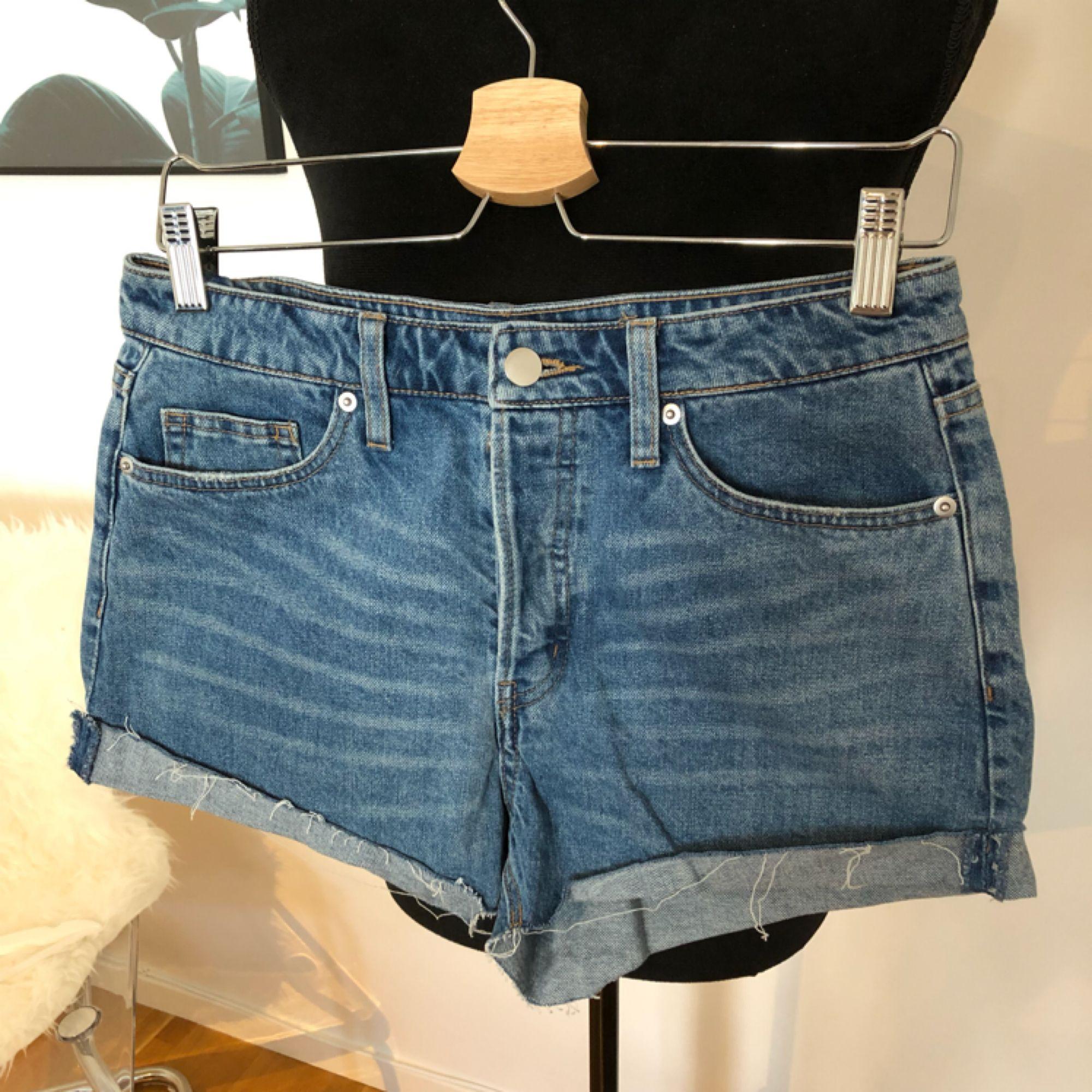 Denimshorts med hög midja, Skickas mot fraktkostnad 55kr. Shorts.