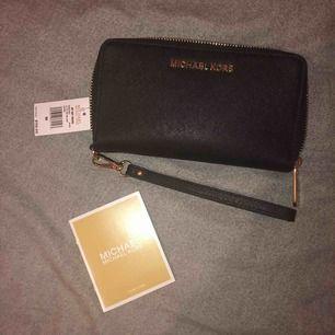 splitterny MK plånbok med prislapp kvar! inköpt i en Michael Kors butik men fick som present och har därför inte kvitto kvar men den är garanterat äkta!! 🤩