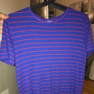 Superfin blå och röd t-shirt från ZARA. Använd fåtal gånger (1-2) och är i bra kondition. Frakt är 39 Kr.   Gärna skriv till mig om du har frågor!!