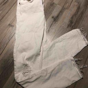 jeans med slitningar på höger knä och vid fotleder, sitter superbra! Tyvärr används dom inte av mig och behöver en ny ägare. Använda en gång (finns en superliten fläck från brun utan sol som borde gå ta bort lätt, kan skicka bild) FRAKT INGÅR I PRISET