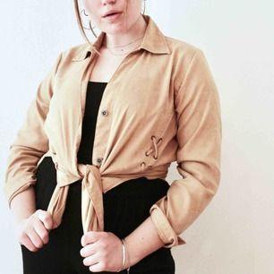 Cool beige kofta/skjorta med häftig snörning på framsidan🤩