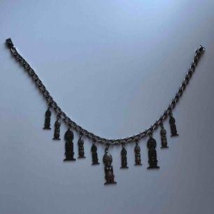 Säljer detta sjukt snygga halsband gjort i Rostfritt stål.