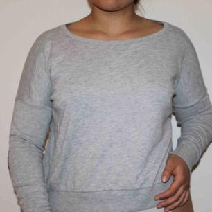 Grå tröja med patches från Lager 157. Använd ett flertal gånger, lite nopprig men annars i gott skick.