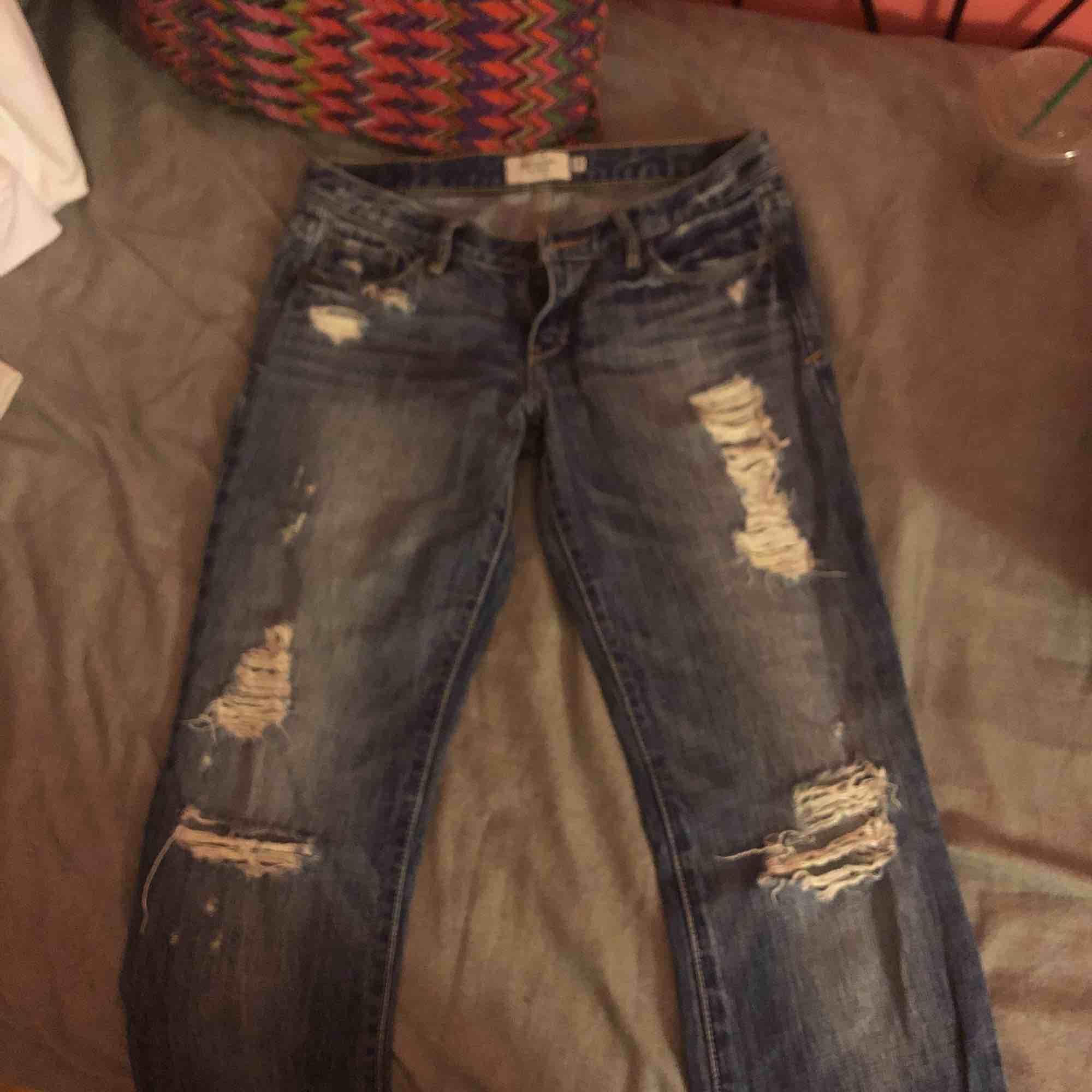 slitna bootcut jeans från abercrombie & fitch använda men i superbra kvalité, sÅ snygga på, inköpta för drygt $100 i usa!! sitter som en 24/25 eller tillochmed 26 i längden 30😚. Jeans & Byxor.
