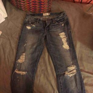 slitna bootcut jeans från abercrombie & fitch använda men i superbra kvalité, sÅ snygga på, inköpta för drygt 1000kr i usa!! sitter som en 24/25 med längden 30😚