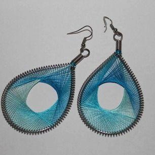 Blåa örhängen använda någon enstaka gång och är i mycket gott skick.