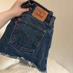 As najs Levi's 501 jeans shorts. Dem är dina för 220 kr och frakten ligger på 60. Perfekta nu till sommaren med t-shirt eller tjocktröja❤️ W30 L30 (passar dig med storleken XS-S)