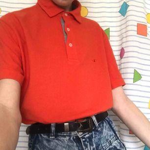 Cool ♻️vintage♻️ Champion t-shirt i en stark orange färg 🧡 Den är i superfint skick och passar till våren. På vänstra bröstet har den en Champion logga! Frakten ligger på 36kr.