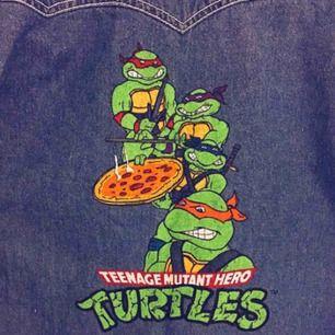 Världens coolaste jeansskjorta från 90-talet med Teenage mutant hero turtles tryck på ryggen(brittiska versionen). Skulle säga att den motsvarar M-L i damstorlek. Knappt använd så i mycket bra skick ✨ Fri frakt vid snabb affär!
