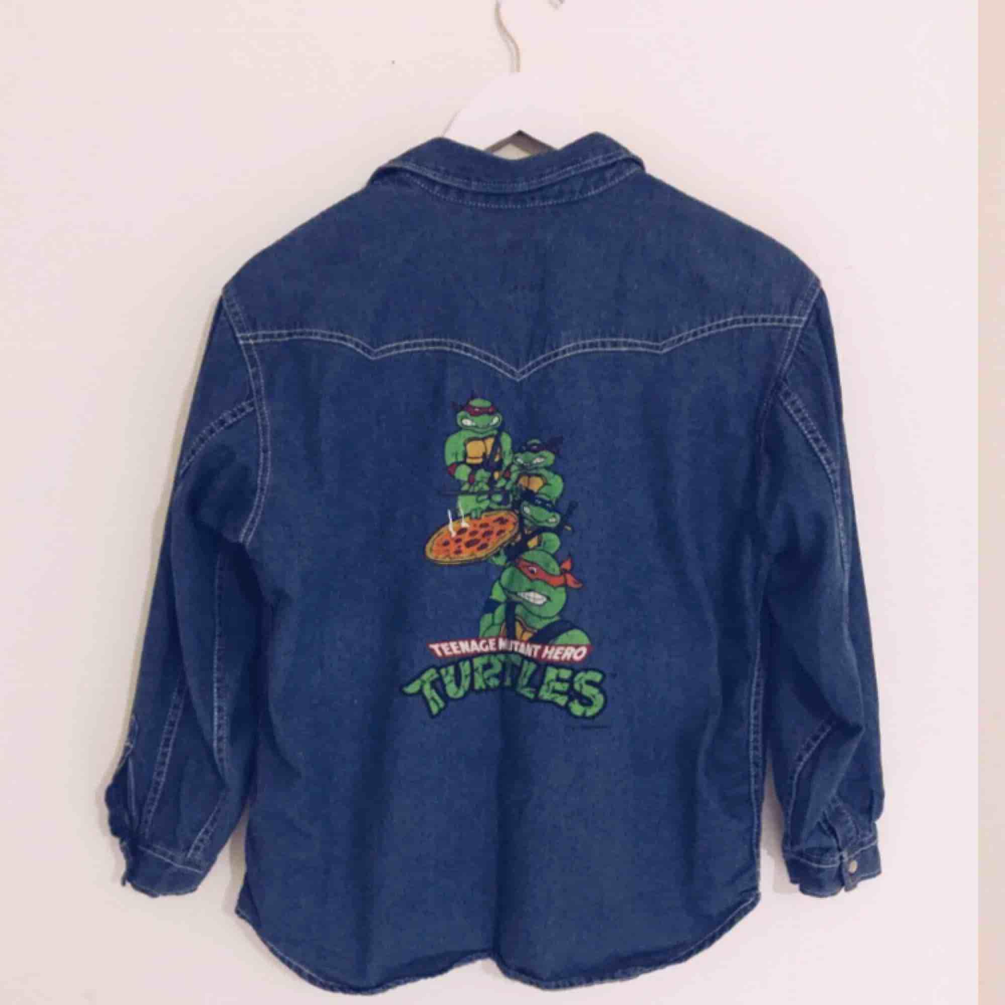 Världens coolaste jeansskjorta från 90-talet med Teenage mutant hero turtles tryck på ryggen(brittiska versionen). Skulle säga att den motsvarar M-L i damstorlek. Knappt använd så i mycket bra skick ✨ Fri frakt vid snabb affär! . Jackor.