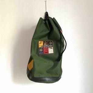 Ryggsäck från Chevignon inköpt på NK. Ca 48 cm hög och 28 cm diameter.