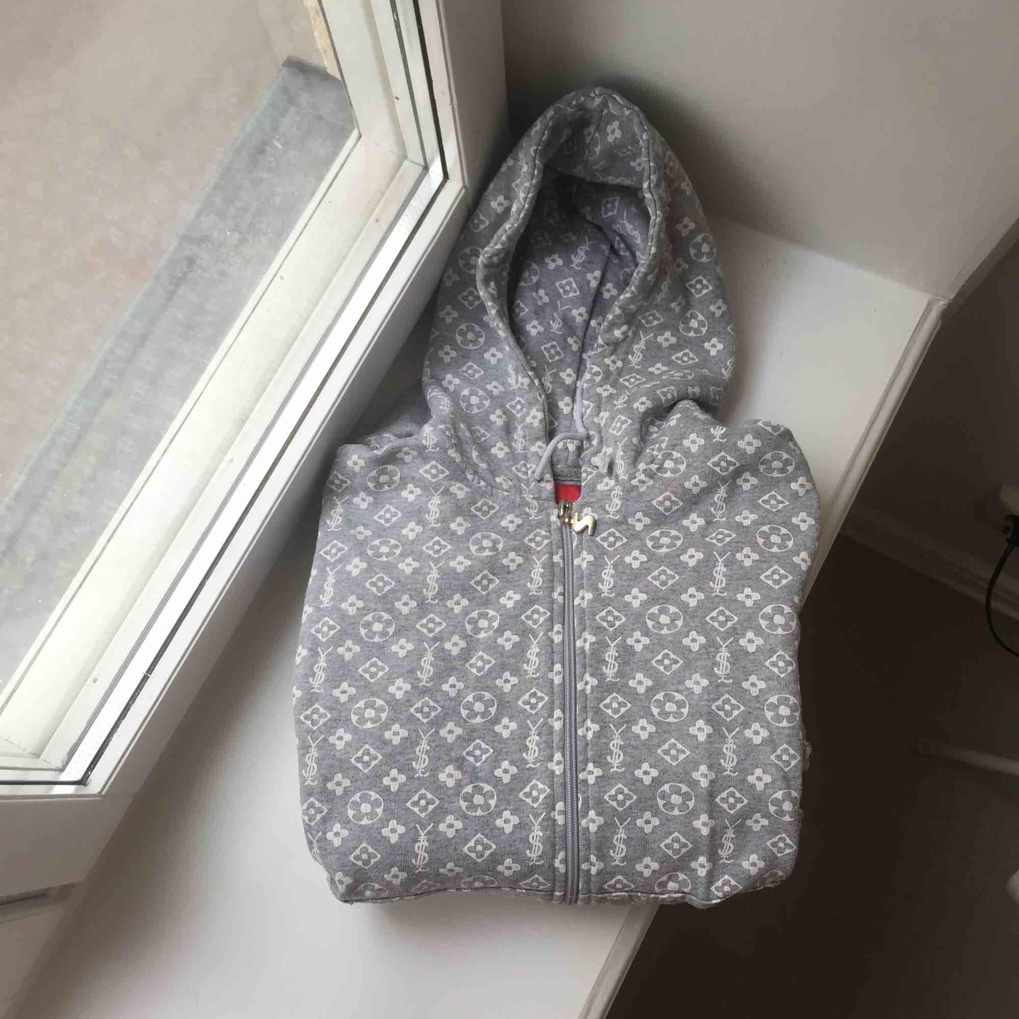 Coolaste hoodien från märket Sportif från början av 2000-talet. Så sjukt fin och unik. Riktig collectors item ✨. Huvtröjor & Träningströjor.