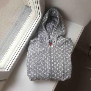 Coolaste hoodien från märket Sportif från början av 2000-talet. Så sjukt fin och unik. Riktig collectors item ✨