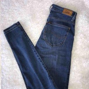Blå högmidjade jeans från Lee. Nyskick, har endast använt dem 3 ggr. Nypris 1000kr men jag säljer för 600 inkl frakt.