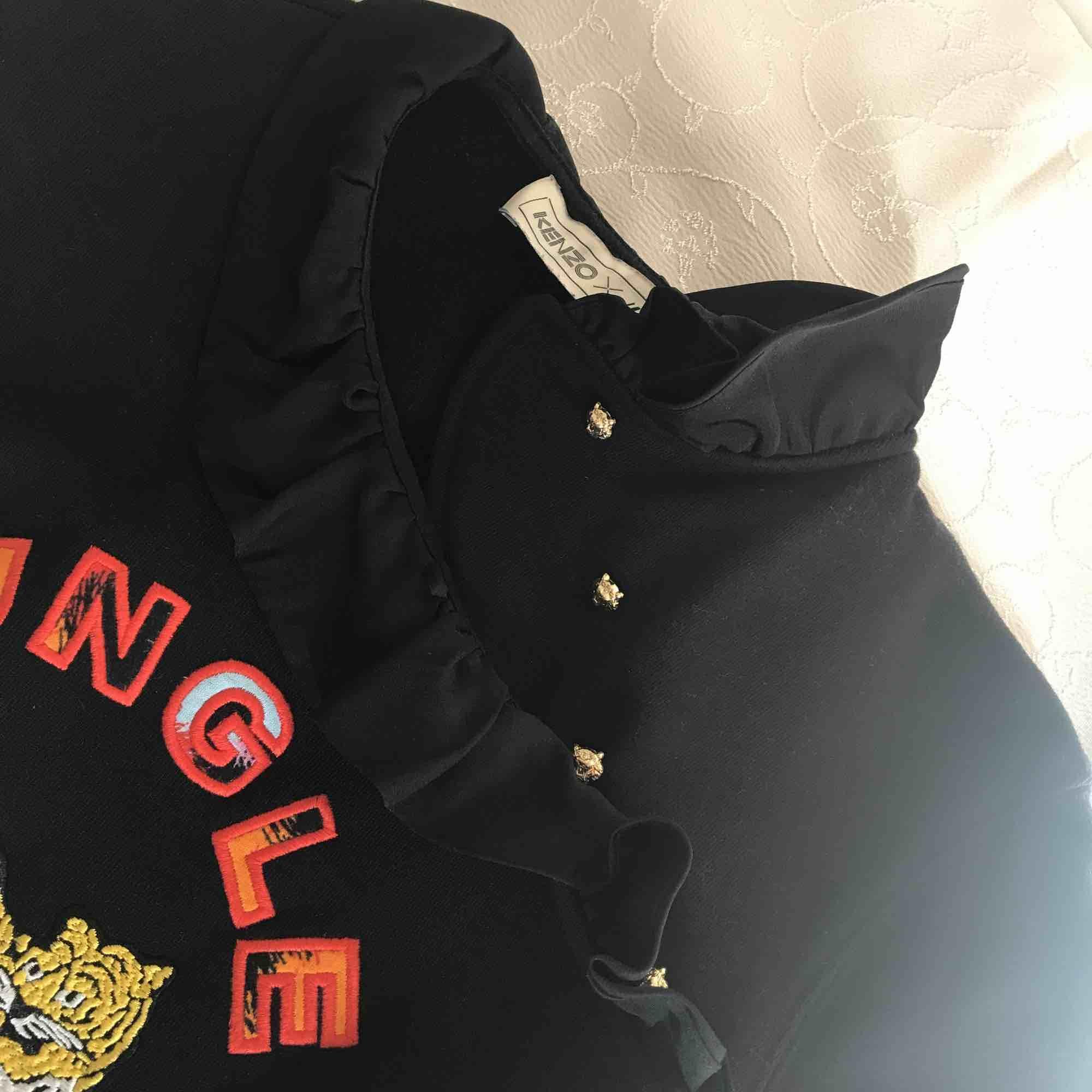 En kenzoXH&M tröja. Original pris är 599:-. Använd 2 gånger så den är som ny. PRISET KAN ALLTID DISKUTERAS JAG ÄR ÖPPEN FÖR ALLT. Toppar.