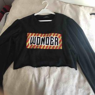 Cropped tröja från Zara, den är i storlek L men passar även mig som är en S. PRISET KAN DISKUTERAS JAG ÄR ÖPPEN FÖR ALLA FÖRSLAG