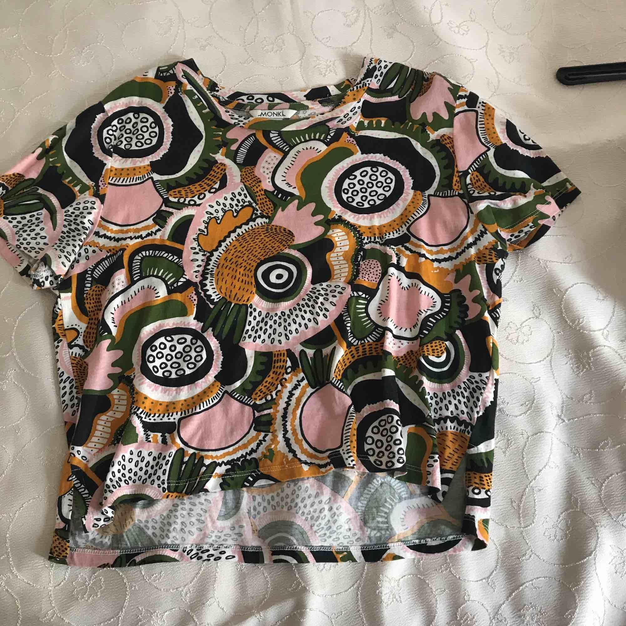 Fin tshirt från monki , priset kan alltid diskuteras är öppen för allg. T-shirts.