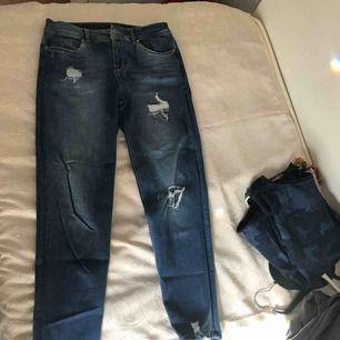 Fina byxor från H&m , sitter lite loose, storlek 34 men passar mig som annars är 36. Kan skicka fler bilder på allt och priset kan alltid diskuteras är öppen för allt