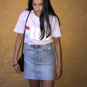 En vintage fit highwaist kjol från Bik Bok, en ljusare jeans färg med slitningar. Väldigt snygg och passar till det mesta.  Storlek 38, S Måste tyvärr sälja den då den har blivit för stor för mig Kan mötas i Karlstad, annars tillkommer frakt:)