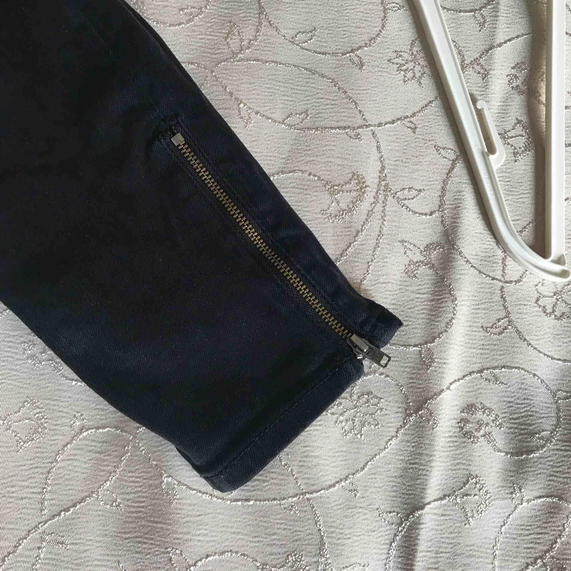 Fina svarta byxor från monki, kan skicak fler bilder och priset kan alltid diskuteras är öppen för allt. Jeans & Byxor.