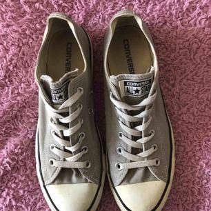 Gråa converse skor, jättebra skick endast använda 5 gånger. Som ni ser på sista bilden är det en liten gul fläck, därav priset. Men den syns inte när man har på sig skorna. Köparen står för frakten!