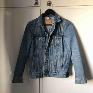 det har blivit dags att sälja min fina jeansjacka 🤧 inköpt till förra sommaren och använd flitigt men fortfarande i fint skick. Frakt tillkommer på 75 kr 💕 har sänkt priser på tidigare inlägg så kolla in dom🦋 läs min bio innan köp