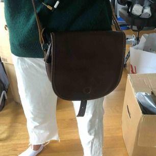 Brun läderväska! Så fin! Men kommer inte till användning, går att göra kortare! Orkade bara inte korta till den 😇🤗