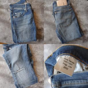 Jeans från tiger of Sweden. Använda en gång. Hål på ena knät. Köparen står för eventuell frakt, spårbart 63kr.
