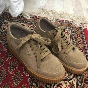 Svinsnygga skor från Duffy med hög sula, endast använda en gång därav det i nyskick då det inte är min stil längre. Frakt tillkommer