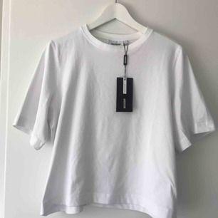 Vit T-shirt från weekday i superskönt material☀️ Helt oanvänd med lappen kvar. Pris kan diskuteras 💫