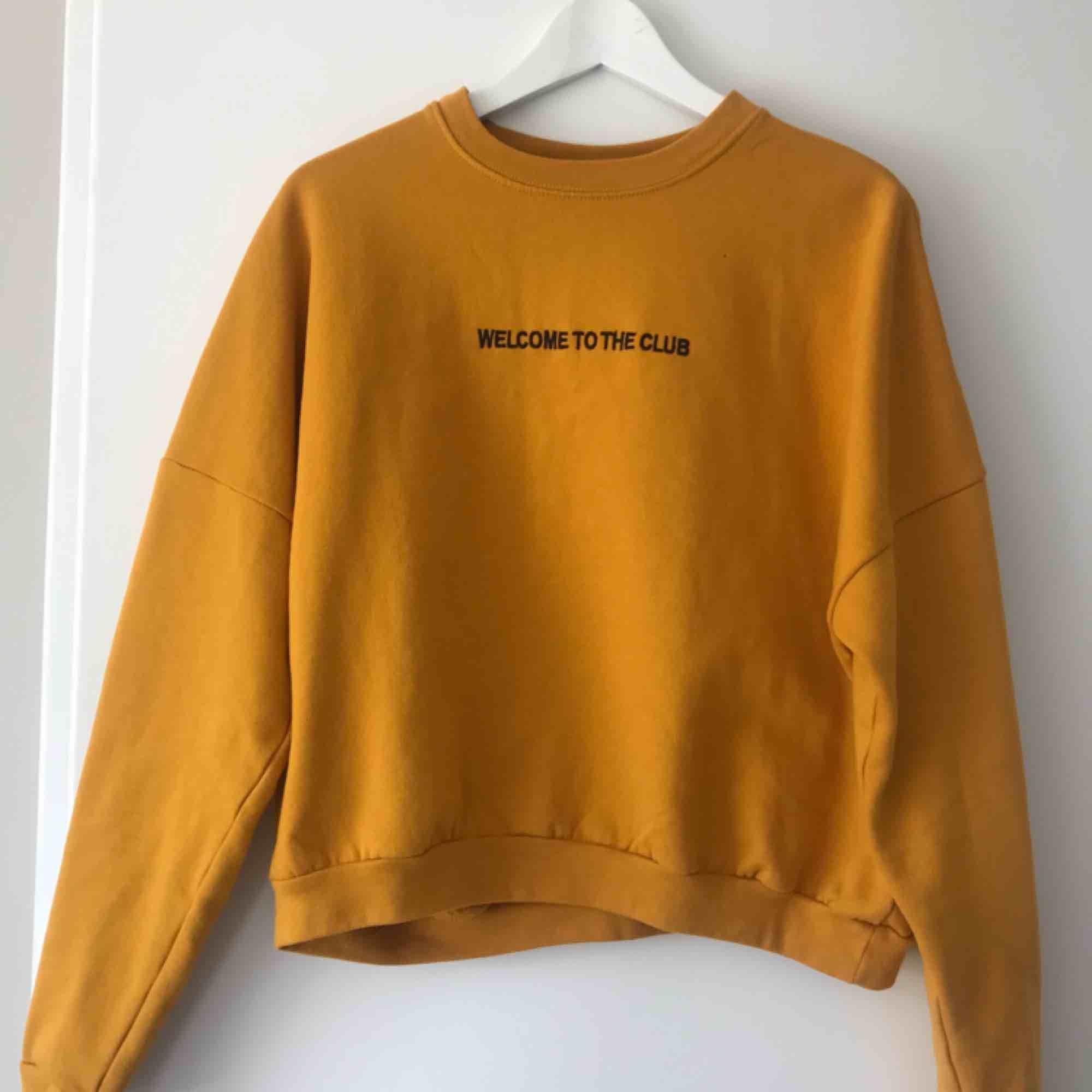 Tvärsnygg sweatshirt från carlings (Stay) . Superfint skick. Säljer då den inte kommer till användning. Pris kan diskuteras, köpare betalar frakten🌻. Huvtröjor & Träningströjor.