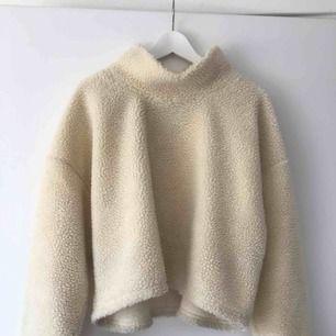 Världens mysigast tröja från bikbok. Strl L men passar mig som har S oversized. Mkt fint skick, bara lite nopprig på insidan men det är inget som syns utifrån. Pris kan diskuteras, frakt betalas av köpare ✨