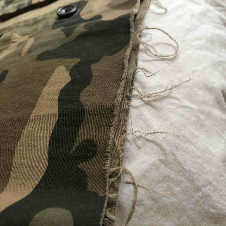 En sjukt snygg militärjacka från NA-KD som jag själv klippt till. Storlek 34 eller XS/S. Säljer pga att jag har en annan liknande jacka. Använd 1 gång.. Jackor.