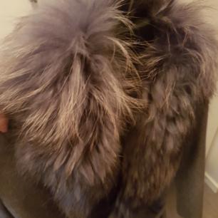 Grå kappa med äkta pälskrage i storlek small. Finns på Södermalm (endast avhämtning skickas ej)