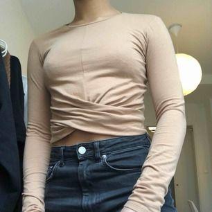 En brun/orange/mörkt beige långärmad tröja från Zara. Har en lite detalj där fram som ni kan se på bilden. Säljer då den aldrig används.
